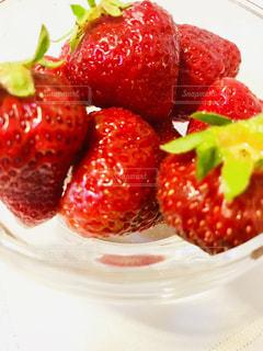 食べ物,緑,赤,かわいい,水,水滴,いちご,苺,デザート,フルーツ,果物,水玉,くだもの,果実,器,雫,新鮮,しずく,イチゴ,あまおう,ヘタ,粒,ガラス容器