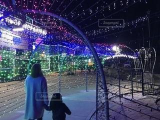 女性,子ども,家族,冬,親子,後ろ姿,コート,女の子,イルミネーション,人物,背中,後姿,クリスマス,明るい,孫,娘,12月,光のトンネル,クリスマスイルミネーション,師走