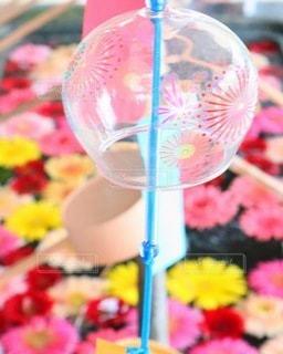 神社の花手水と風鈴の写真・画像素材[3398480]