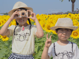 黄色い帽子をかぶった少年の写真・画像素材[2105603]