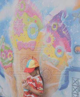 夏,赤,日焼け,女の子,洋服,Tシャツ,三つ編み,アイス,キャラクター,たくさん,シャツ,テーマパーク,エルモ,フォトジェニック,夏服,映え,半袖,おさげ