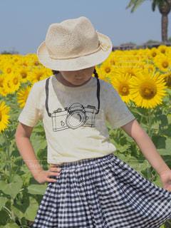黄色い花の中の人の写真・画像素材[2105651]