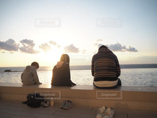 空,夕日,屋外,親子,後ろ姿,水面,女,男,女の子,人物,背中,人,後姿,旅,足湯,姉弟,インフィニティ