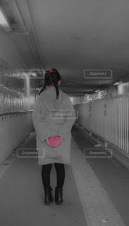 駅に立っている女性の写真・画像素材[2263455]