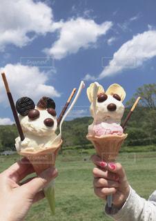 アイスクリームコーンを持つ手のクローズアップの写真・画像素材[2265819]