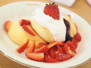 異なる種類の食べ物をトッピングした白い皿の写真・画像素材[2279345]
