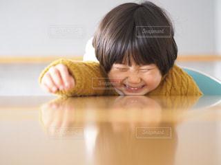 カメラを見ている小さな女の子の写真・画像素材[2281596]