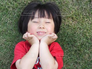 赤ん坊を抱いている小さな女の子の写真・画像素材[2307345]