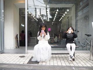 建物の前に立っている人の写真・画像素材[2313792]