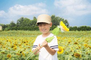 花を持った小さな男の子の写真・画像素材[2330917]