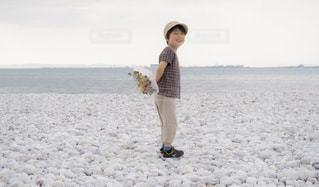 砂浜の上に立つ人の写真・画像素材[2330918]