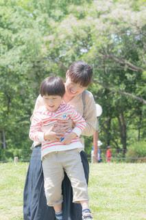草の上に立っている小さな男の子の写真・画像素材[2365364]