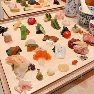 食卓の上の食べ物の写真・画像素材[3868112]