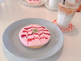 食卓の上の食べ物の皿の写真・画像素材[2128171]
