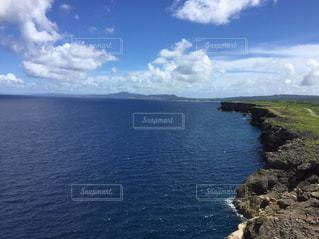青い海と青い空の写真・画像素材[2248389]