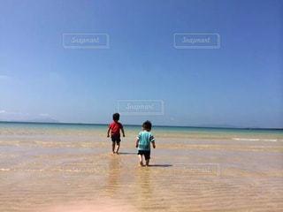 海,青空,後ろ姿,砂浜,人物,背中,人,浜辺,後姿,男の子,兄弟,離島,ブルースカイ
