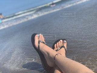 浜辺で濡れたスーツを着た女性の写真・画像素材[2353532]