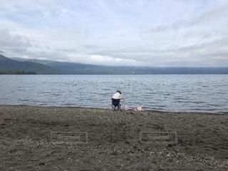 湖のほとりの写真・画像素材[2100411]