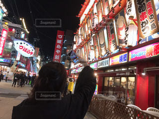 大阪きて盛り上がる女の子の写真・画像素材[2146725]