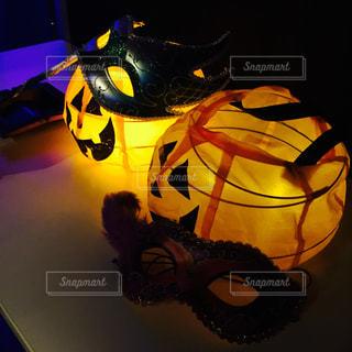テーブルの上のランプの写真・画像素材[2551453]