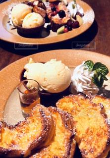 テーブルの上に食べ物のプレートの写真・画像素材[1929782]