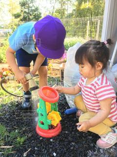 子ども,庭,屋外,水遊び,兄妹