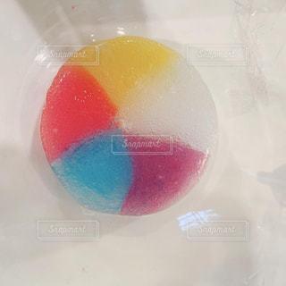 テーブルの上の卵の写真・画像素材[2343004]