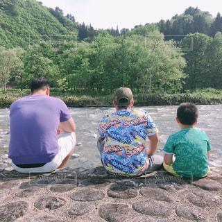 子ども,空,森林,屋外,後ろ姿,川,山,新緑,人,男の子