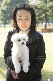 女性,家族,犬,公園,動物,芝生,樹木,マルチーズ,小型犬,わんちゃん,ワンコ,40代,白い犬,小さい犬