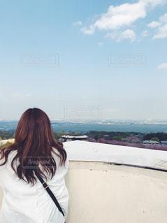 水の体の横に立っている女性の写真・画像素材[1508717]
