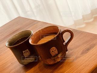コーヒー,屋内,カーテン,テーブル,マグカップ,カップ,紅茶,ふくろう,梟,木目,ミルクティー,ミルクティ,コーヒー カップ,ウォルナット,布引焼