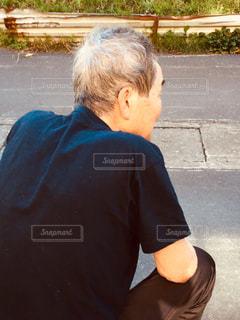 「散歩から戻ってくる犬を待つ人」の写真・画像素材[2454198]