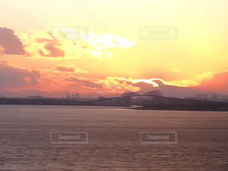 ミルクティー色の夕日の写真・画像素材[1997784]