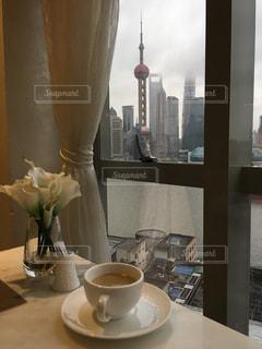 テーブルの上にコーヒー1杯とビール一杯の写真・画像素材[2174551]