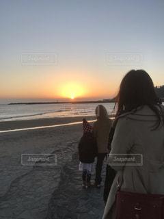 家族,海,空,屋外,後ろ姿,人物,人,初日の出