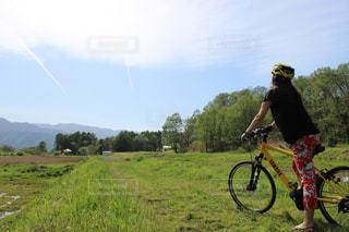 アウトドア,空,自転車,晴れ,田舎,山,人,旅,サイクリング,オフロード,後ろ姿フォト