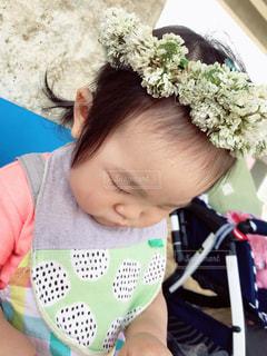 花冠をかぶる女の子の写真・画像素材[2029627]