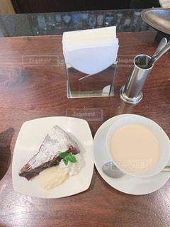 食品やコーヒー テーブルの上のカップのプレートの写真・画像素材[1896517]