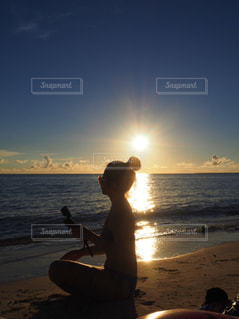 女性,1人,自然,海,空,太陽,ビーチ,夕暮れ,水着,水面,海岸,人