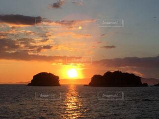 夕日と月の写真・画像素材[2009065]