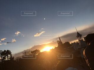 夕日と月の写真・画像素材[2009084]