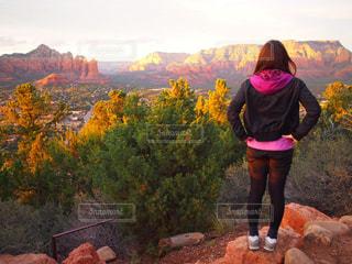 女性,海外,雲,後ろ姿,アメリカ,山,岩,背中,旅行,山並み,山登り,壮大な景色