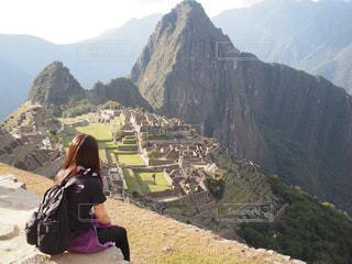 女性,自然,風景,屋外,青空,後ろ姿,世界遺産,女の子,背中,人,旅行,ロングヘアー,海外旅行,リュック,感動,マチュピチュ,ペルー,山登り,壮大な景色