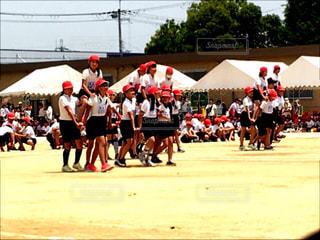 10代,女の子,校庭,運動会,体育祭,小学校,運動場,体操服,紅組,ハチマキ,騎馬戦,学校行事