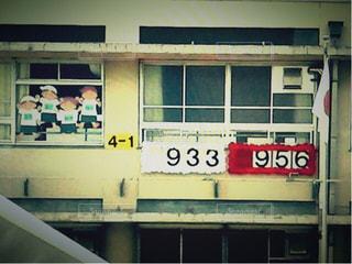 建物の前に立っている人の写真・画像素材[2123913]