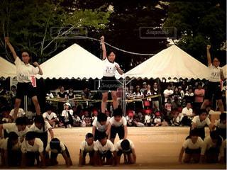 10代,校庭,運動会,体育祭,小学校,運動場,ピラミッド,体操服,組体操,学校行事,ゼッケン