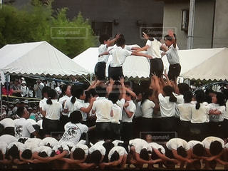 群衆の前に立っている人々のグループの写真・画像素材[2132145]