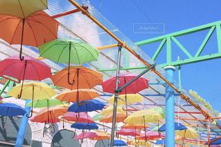 カラフルな傘の写真・画像素材[2389538]