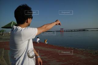 湖に浮かぶ鳥居の救出作戦の写真・画像素材[2082753]