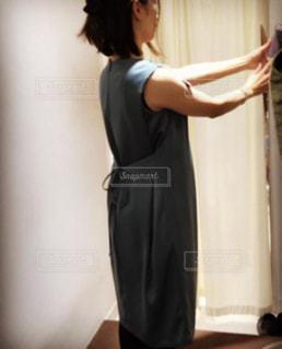 ドレスを着た後ろ姿の写真・画像素材[2101056]